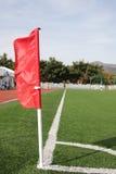 在橄榄球场的一个校验标志 库存照片