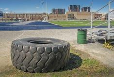 在橄榄球场的大轮胎 库存图片