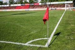 在橄榄球场的旗竿角球 05-09-15 库存图片