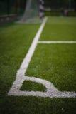 在橄榄球场的白色标号 免版税库存图片