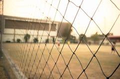 在橄榄球场的绳索篱芭在镇里 免版税库存图片