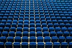 在橄榄球法院体育场地面的前座统排椅 免版税图库摄影