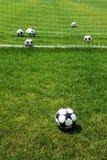 在橄榄球足球草皮领域绿草背景的白色球 免版税库存图片