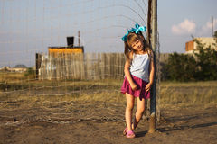 在橄榄球门的女孩倾斜。 免版税库存图片