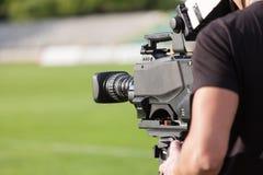 在橄榄球(足球)比赛期间的摄象机广播 免版税库存照片