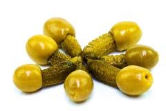 在橄榄的小的黄瓜 免版税图库摄影