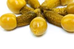 在橄榄的小的黄瓜 免版税库存照片
