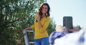在橄榄色的农场4k供以人员拍妇女照片有手机的 股票录像