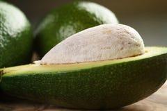 在橄榄色的切板的成熟鲕梨 免版税库存照片