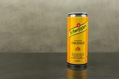 在橙色味道- Schweppes品牌的碳酸化合的软饮料 库存图片