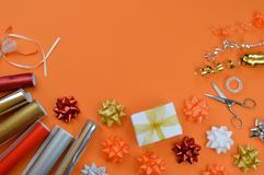 在橙色地面的礼品包装材料器物 免版税图库摄影