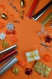 在橙色地面的礼品包装材料器物 库存照片