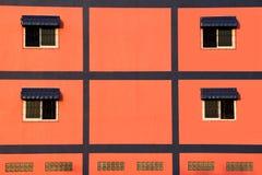 在橙色墙壁上的窗口 免版税库存图片