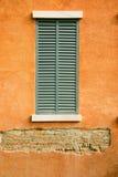 在橙色墙壁上的窗口 图库摄影