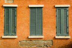 在橙色墙壁上的窗口 库存图片
