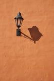 在橙色墙壁的灯 免版税库存图片
