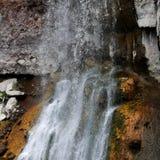 在橙色岩石的水秋天 免版税库存照片