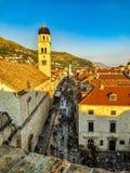 在橙色日落期间的杜布罗夫尼克奥尔德敦从城市墙壁 免版税库存照片