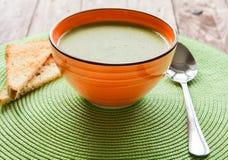 在橙色板材的浓豌豆汤用薄脆饼干 免版税库存照片