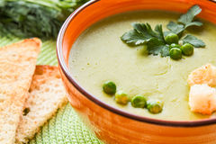 在橙色板材的浓豌豆汤用薄脆饼干 免版税图库摄影