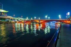 在橙色桥梁的夜视图在浅草 库存图片