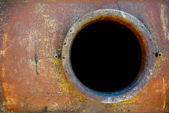 在橙色汽油箱的被打开的生锈的出入孔 图库摄影