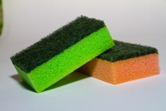 在橙色海绵的绿色海绵 库存图片