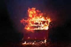 在橙色火焰的红色钢琴与火花 免版税图库摄影