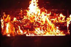 在橙色火焰的红色钢琴 免版税库存图片