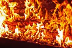 在橙色火焰的红色钢琴 免版税库存照片