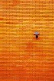 在橙色砖墙的灯 库存照片