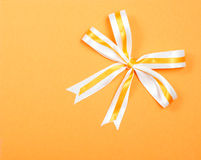 在橙色纸盒背景的简单的典雅的丝带 免版税库存图片