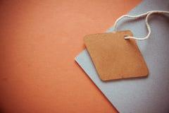 在橙色背景的标签 免版税库存照片