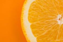 在橙色背景的橙色切片 库存照片