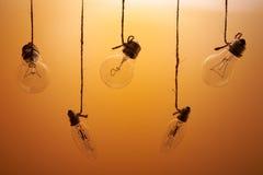 在橙色背景的白炽光电灯泡 免版税库存照片