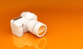 在橙色背景的白色照相机 库存图片
