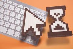 在橙色背景的键盘 计算机标志 3d翻译 3d例证 库存照片