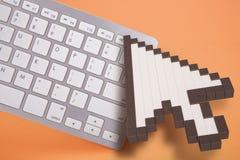 在橙色背景的键盘 计算机标志 3d翻译 3d例证 免版税库存照片