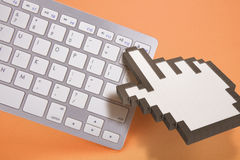 在橙色背景的键盘 计算机标志 3d翻译 3d例证 免版税图库摄影