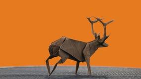 在橙色背景的鹿小雕象 股票录像