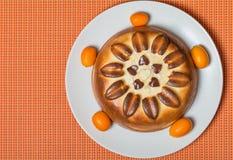 在橙色背景顶视图的饼 库存图片