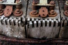 在橙色铁锈盖的葡萄酒古色古香的汽车木点火线圈 图库摄影