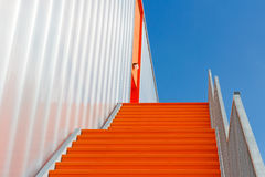 在橙色紧急楼梯下 免版税库存图片