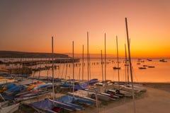 在橙色黎明前之前照亮的Swanage码头的日出 免版税库存照片