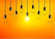 在橙黄色背景的传染媒介电灯泡 现实样式灯 库存照片
