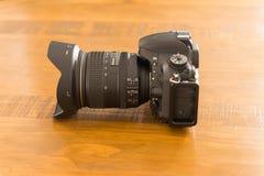 在橡木桌上的照相机 免版税库存图片