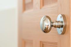 在橡木门的现代门把手 免版税库存照片