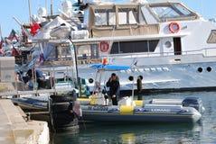 在橡皮艇和游艇的安全在电影节在戛纳,法国 库存图片