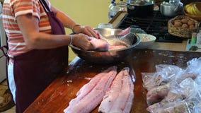 在橡皮防水布的比萨店的请求的经验丰富的鱼bequia的 股票录像