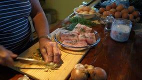 在橡皮防水布的比萨店, bequia的厨师切口大蒜 影视素材